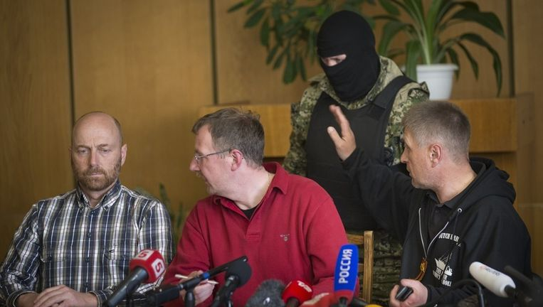 Ponomarev, de zelfbenoemde burgemeester van Slavjansk (rechts), en de gevangen OVSE-waarnemers, eergisteren. Beeld ap