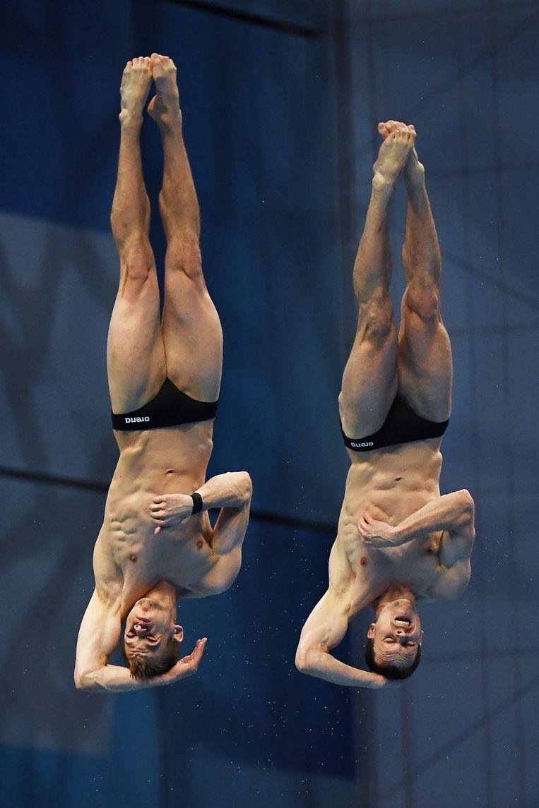 De Duitsers Timo Barthel (links) en Patrick Hausding tijdens het synchroonspringen vanaf de 10-metertoren. Beeld AFP