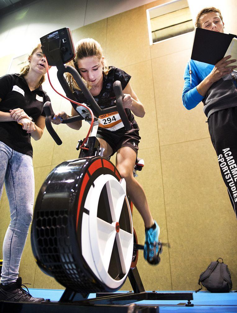 De Watt-bike meet het vermogen dat de deelnemers kunnen trappen. Beeld Klaas-Jan van der Weij /  De Volkskrant