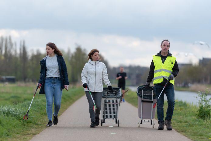 """Edmea, Mariëlle en Michael Telder wandelen wekelijks door hun wijk én de polder om afval te prikken. ,,10 kilometer en zo'n 500 stuks per uur. Maar het is wel écht veel leuker dan normaal wandelen."""""""