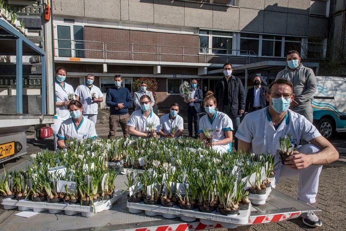 De Marokkaanse gemeenschap leverde plantjes af bij ziekenhuis Rivierenland om zorgmedewerkers te bedanken voor de zorg tijdens de coronacrisis.