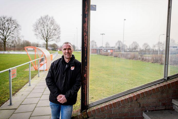 """Gert Dogger bij de plek naast de tribune waar de voetbalkooi moet komen: """"Om de jeugd op het sportpark te houden""""."""