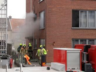 Keuken van appartement gaat in vlammen op, bewoonster loopt brandwonden op