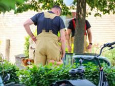 Jongetje dat met arm klem raakt in hek op schoolplein in Apeldoorn, knuffelt brandweerman na redding