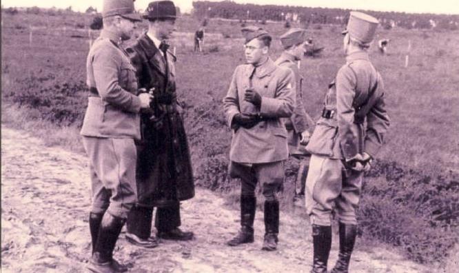 Rentmeester Paul Rogmans van Huize Almelo (met lange zwarte jas) in de oorlog in gesprek met militairen.