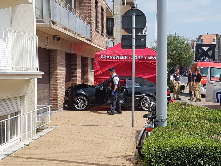 De bestuurder werd vermoedelijk onwel en crashte daarna tegen een muur.