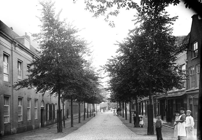 De Vriesestraat omstreeks 1900. Links het Leprooshuis, waar ook krankzinnigen zoals Elisabeth zaten.