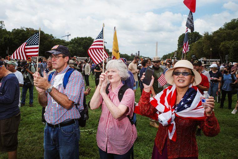 Amerikaanse vlaggen moeten benadrukken dat de demonstratie niet politiek is, maar pro-Amerikaans. Beeld EPA