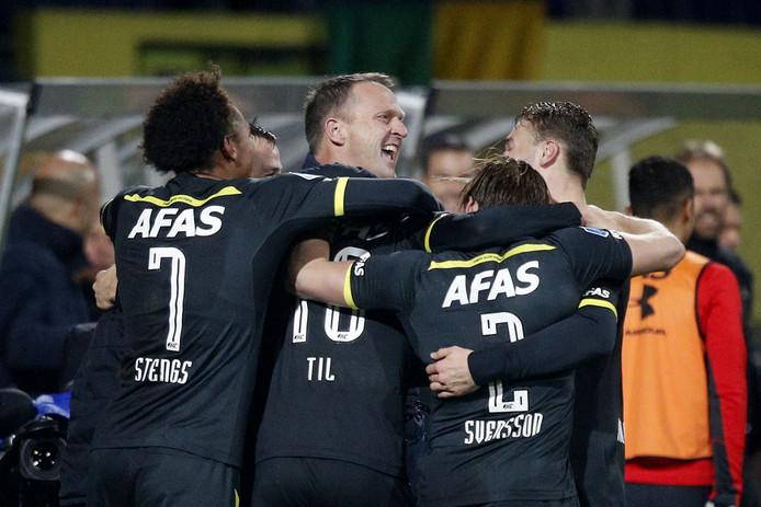 John van den Brom (midden) viert de zege op Fortuna met zijn spelers.