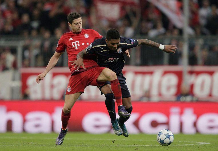 Lewandowski (links) in duel met Dinamo Zagreb-speler Junior Fernandes. Beeld getty
