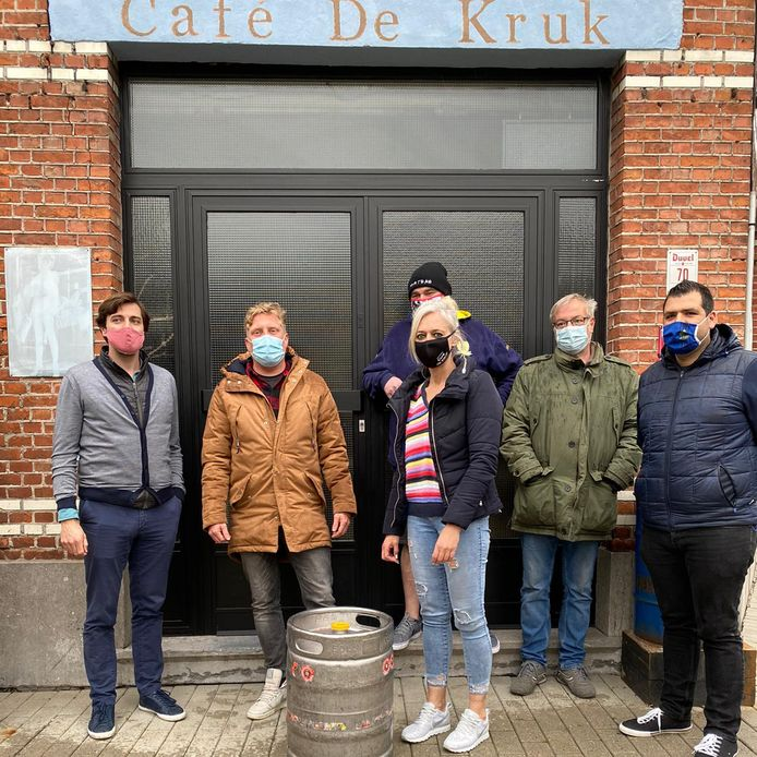Ook bij café De Kruk en Sportlokaal (onder) ging men langs met een gratis vat.