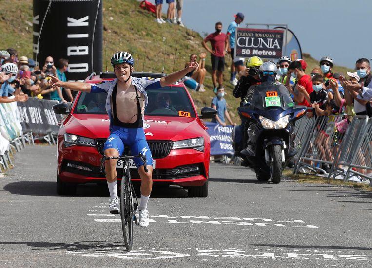 Evenepoel komt – uiteraard alleen – over de streep na de derde etappe in de Ronde van Burgos, die hij won. 'De ploeg van Remco moet hem in de Giro af en toe een rit kalm kunnen houden. Als je hem laat doen, valt hij elke dag aan.'   Beeld BELGA