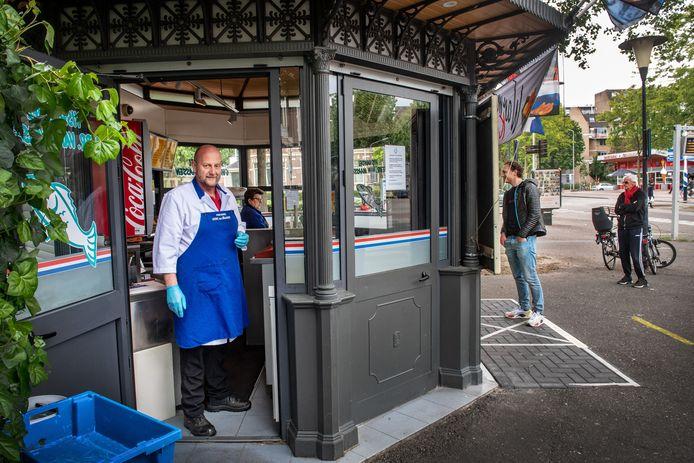 Hein van Maassen in zijn viskiosk op de kop van Lange Hezelstraat.