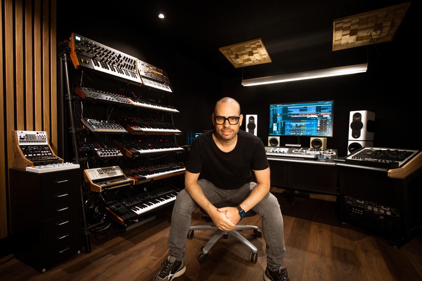 DJ Peter Luts in zijn studio.