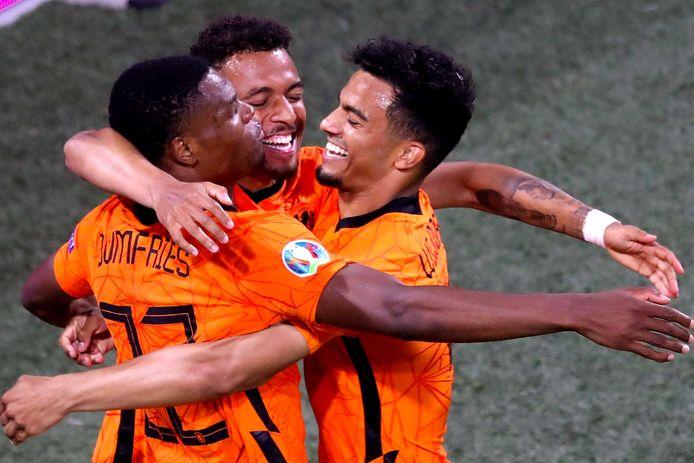 Donyell Malen, Denzel Dumfries en Owen Wijndal vieren de 2-0 tijdens de wedstrijd tussen Nederland en Oostenrijk op 17 juni.