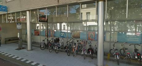 Schoonmakers blijven Vlissingse 'entree voor busreizigers' reinigen