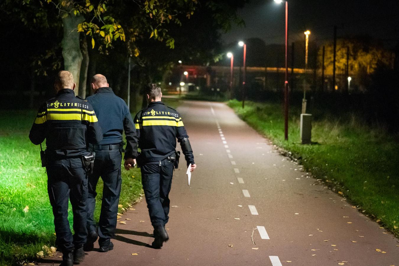De politie en recherche zoeken naar een verdachte.