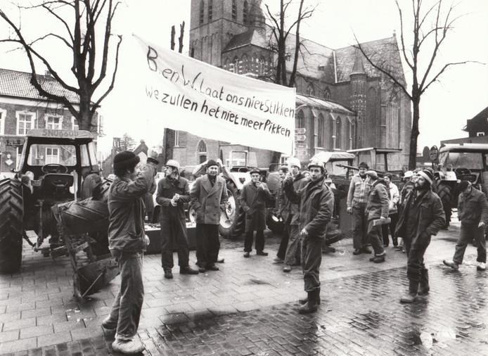 Peelgemeente Deurne - tegelijk sterk agrarisch ontwikkeld - kreeg de afgelopen decennia haar portie mee van het conflict tussen natuur & milieu en agrarische belangen. Aan de ene kant de strijdbare Werkgroep Behoud de Peel, aan de andere kant de even onbuigzame varkens- en koeienboeren. In 1981 was er een luidruchtig boerenprotest voor het gemeentehuis tegen het overheidsbesluit om de Deurnese Peel beter te gaan beschermen.