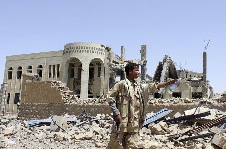 Een vernietigde rechtbank in Saada. Beeld reuters