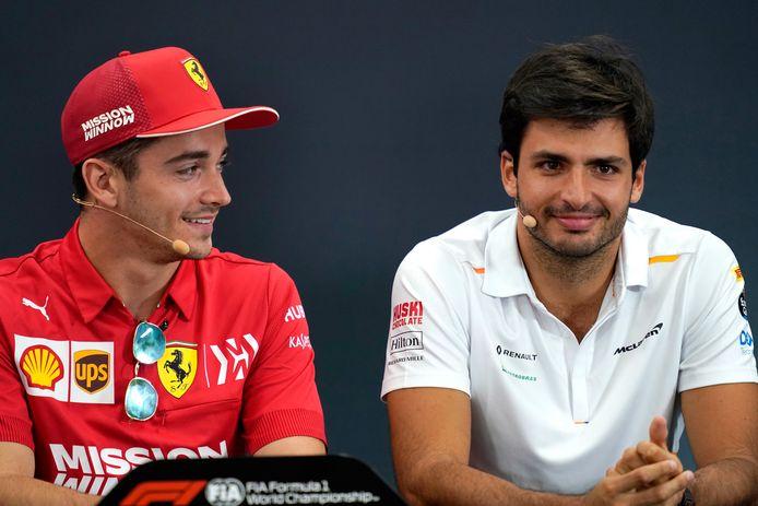 Ferrari-coureur Charles Leclerc (links) met zijn nieuwe teamgenoot Carlos Sainz.