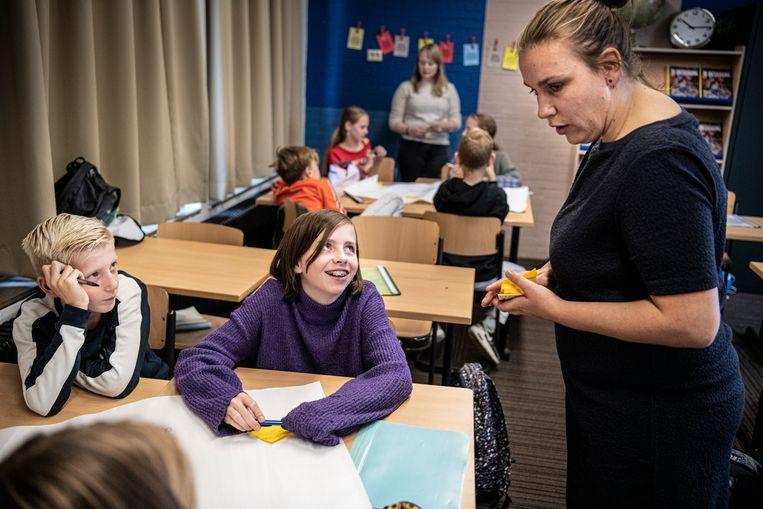 Leerlingen van het brugjaar Jan Ligthart beantwoorden stellingen tijdens de les wereldoriëntatie. Beeld Koen Verheijden