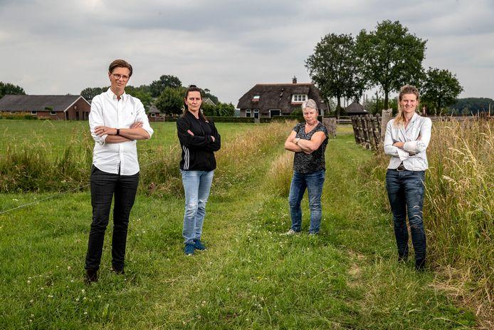 Bram Veneberg (links) is namens een grote groep bewoners van het buitengebied van Wijhe naar de gemeenteraad gestapt om duidelijk te maken dat ze niet zitten te wachten op 5 zonneparken in de buurt. Verder op de foto (v.l.n.r.): Mariska Jalink,  Ineke van Wijhe en Ilona Wagenaar.