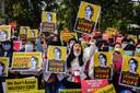 Demonstranten eisen de vrijlating van Suu Kyi, bij een protest voor de Amerikaanse ambassade in Yangon.