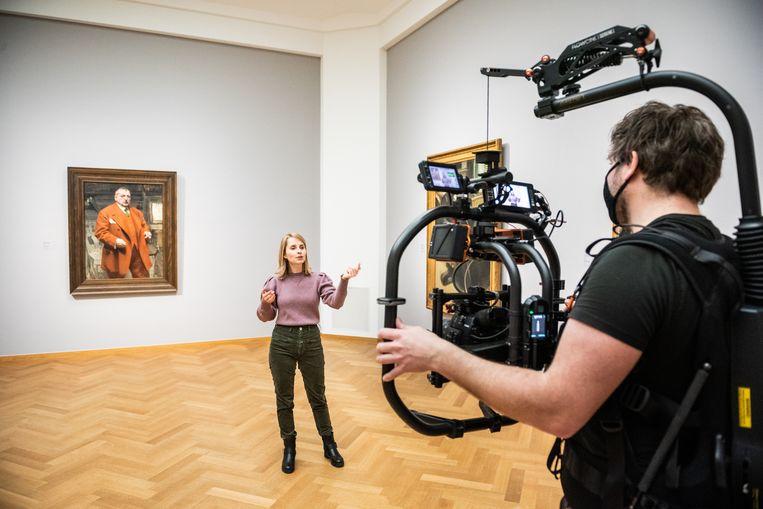 Een virtuele rondleiding door Kunstmuseum Den Haag wordt opgenomen door conservator Frouke van Dijke. Beeld Simon Lenskens