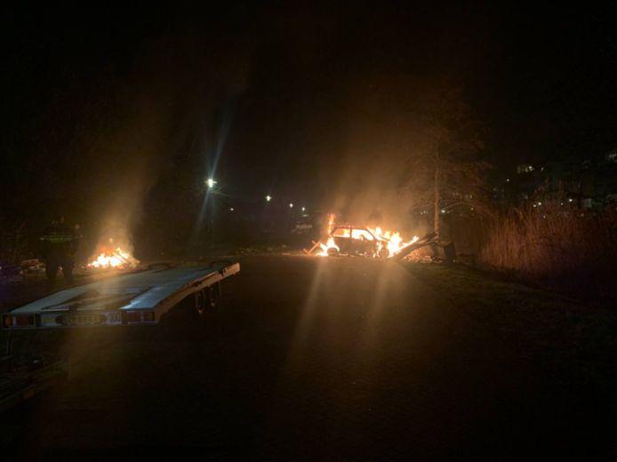 Eem sloopauto werd in brand gestoken aan de Bovenkruier in Apeldoorn.