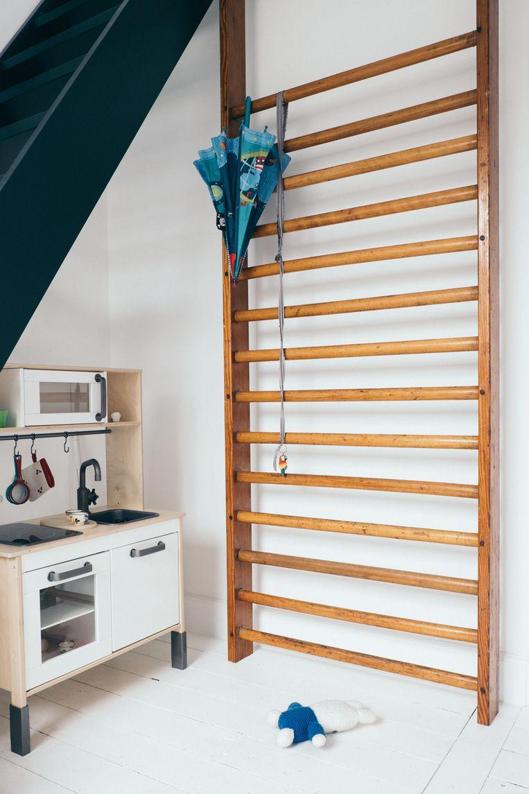 De tweede verdieping is het domein van de twee dochters. Het vintage klimrek kocht ze bij City Furniture in Antwerpen. Beeld null