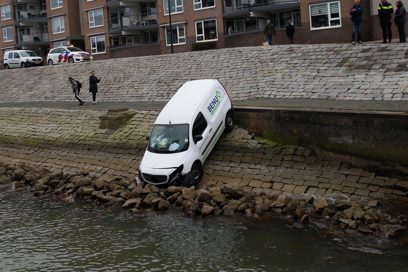 De bezorgauto van de apotheek reed uit zichzelf de kade af.