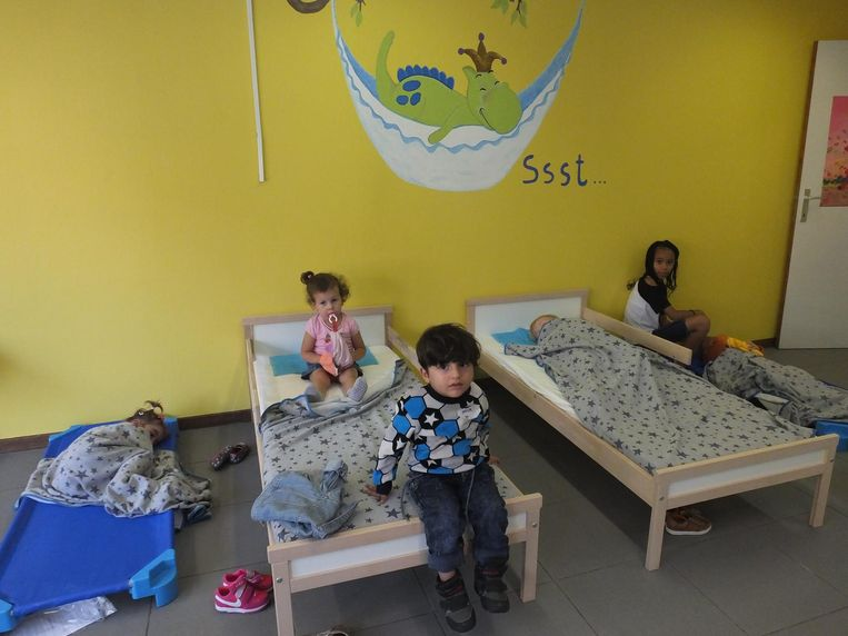De kinderen net voor het licht dooft in de slaapklas.