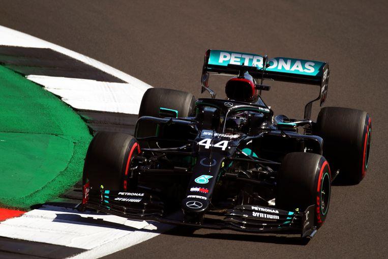 De Mercedes van Lewis Hamilton op het circuit van Silverstone. Beeld EPA