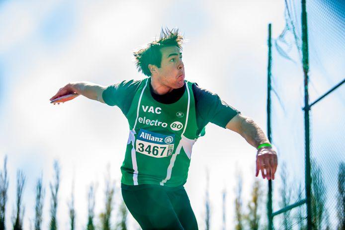 Philip Milanov in actie in Oordegem. De atleet van VAC liet vier ongeldige pogingen optekenen op een natte werpcirkel.