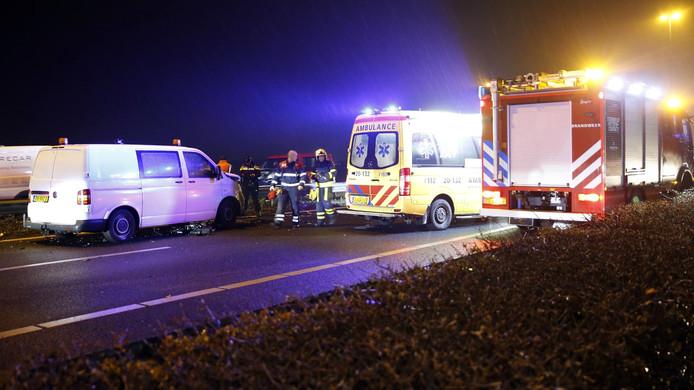 Hulpverleners aan de slag na het ongeval bij Nieuwendijk.
