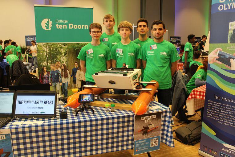 De leerlingen van College ten Doorn bij hun boot op zonne-energie.
