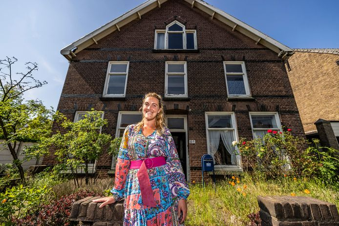 Anne Heijmans van VV Real Estate voor de voormalige tuinderswoning aan de Naaldwijkseweg 169 in 's-Gravenzande. Er komen acht sociale huurappartementen voor starters in.