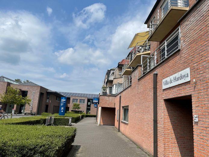 Op een appartement op het Polenplein in Ardooie, vlakbij het gemeentehuis en het politiebureau, vond de steekpartij plaats.
