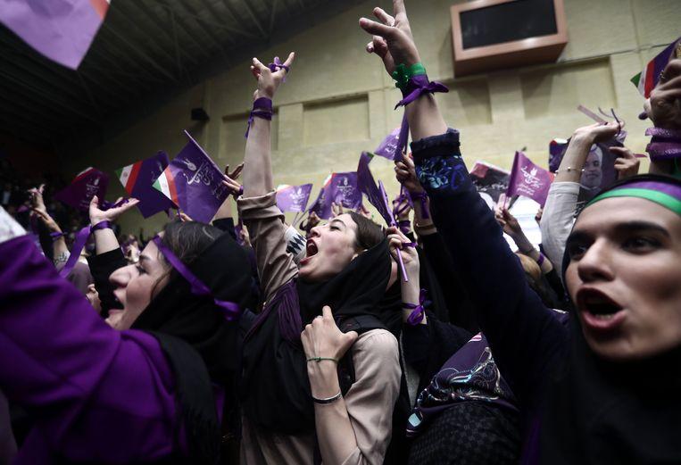 De paarse hoofddoeken van vrouwen in steden kleurden Rohani's moeizame strijd voor herkiezing. Beeld AFP