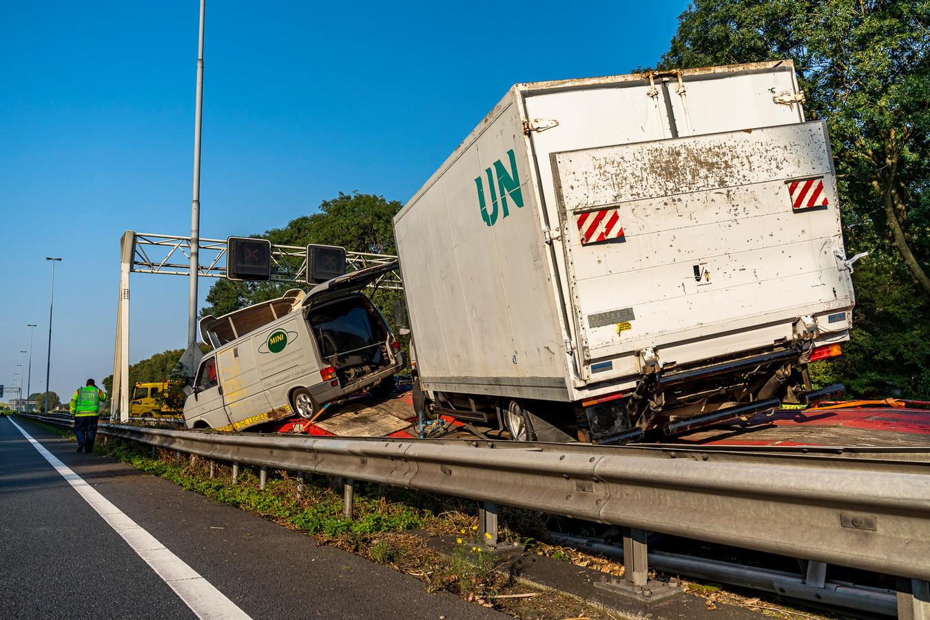 De vrachtwagen belandde in de vangrail.