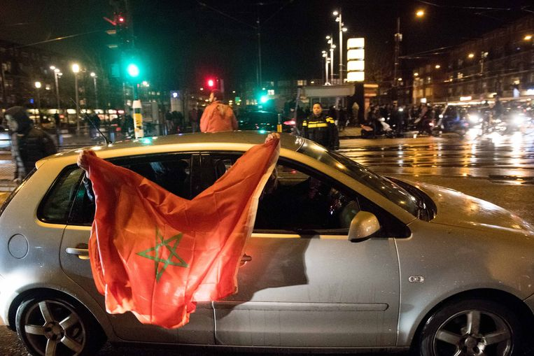 Fans vieren in 2017 op het Amsterdamse Mercatorplein dat Marokko zich geplaatst heeft voor het WK voetbal in Rusland.  Beeld ANP