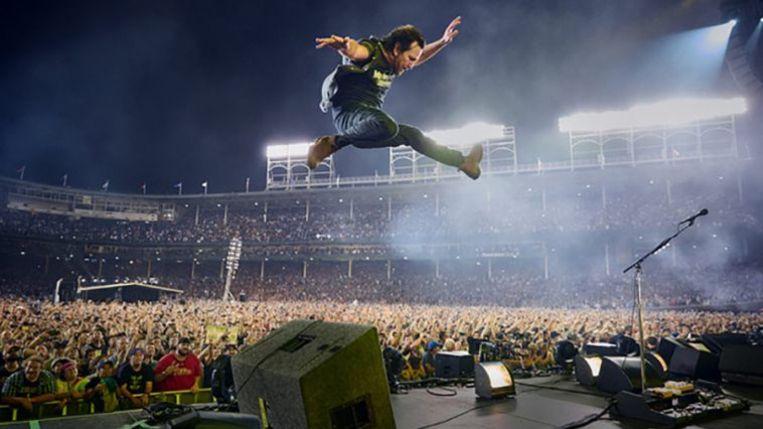 Eddie Vedder beleeft samen met het publiek een hoogtepunt uit zijn carrière. Beeld Danny Clinch