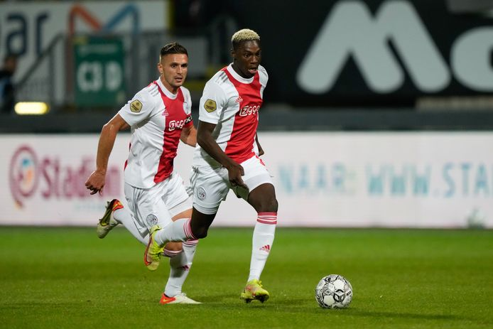 Dusan Tadic en Mohamed Daramy stormen op het doel van Fortuna af.