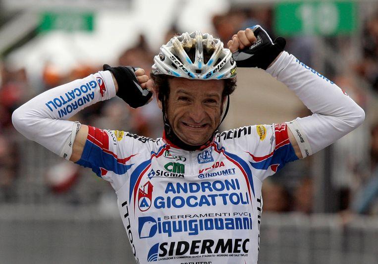 Michele Scarponi viert zijn overwinning van een etappe uit de Ronde van Italië. Beeld REUTERS