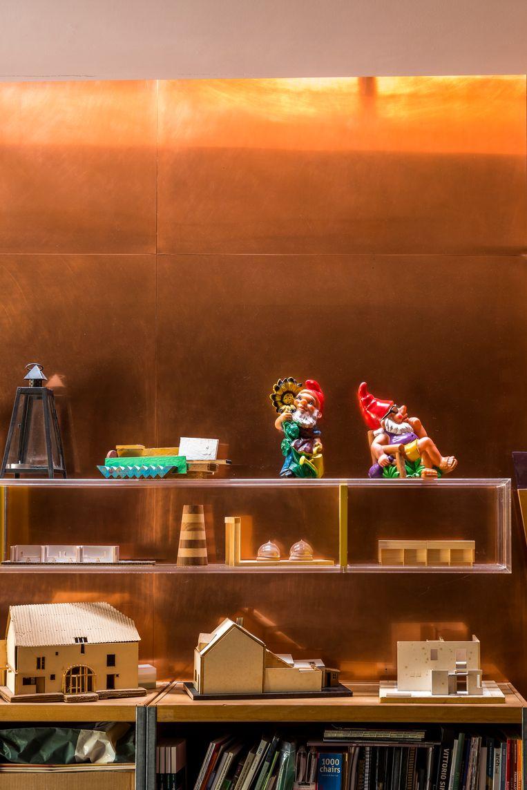 Een eclectische collectie vuurtorens, 'Humo'-gadgets en tuinkabouters vormt een tegengewicht voor de maquettes en prototypes die hij als ontwerper maakte of als docent Interieurarchitectuur verzamelde. Beeld Luc Roymans