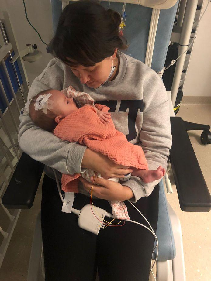 Mama Stephanie met dochtertje Louize in de armen in het UZ Gent. Ze kreeg het hartverscheurende nieuws dat de baby niet te redden valt.