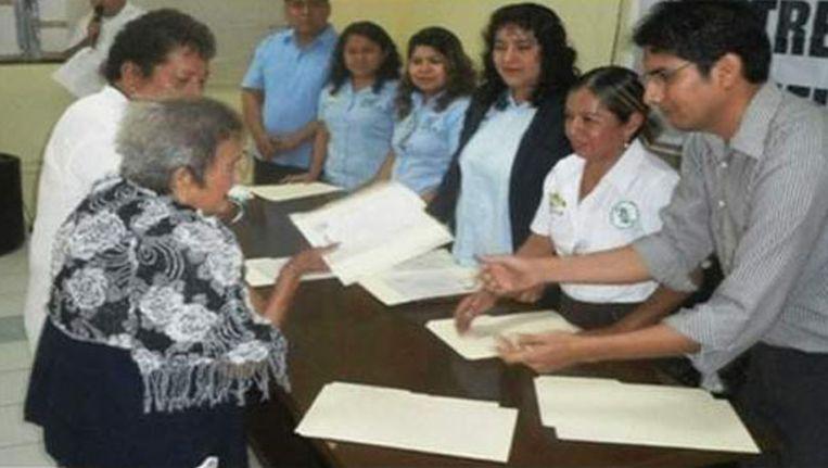 Manuele Hernandez (links) tijdens de uitreiking van haar diploma. Beeld kos