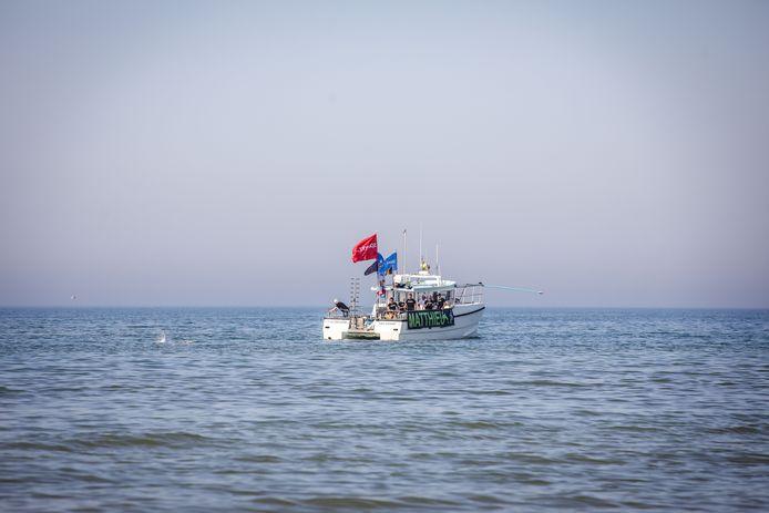 Matthieu Bonne is hier pas begonnen aan zijn tweede poging om de kustlijn af te zwemmen.