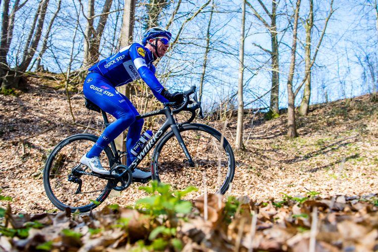 Iljo Keisse geniet van de voorjaarszon tijdens zijn verkenningstocht door de Vlaamse heuvels. 'Parcourskennis is mijn corebusiness.' Beeld Photonews