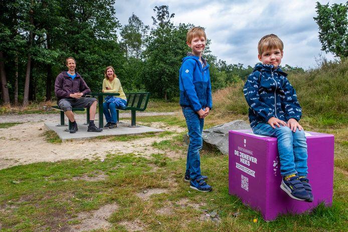De kinderen van het gezin Bergsma vinden de sokkel in Overloon wel lekker zitten.